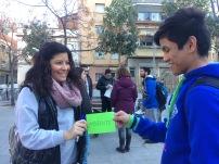 chico y chica con tarjeta verde