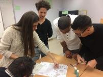 otro grupo trabajando sobre mapa