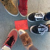 pies con tarjeta roja